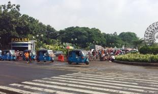 Bajaj's (som faktisk er ulovlige her i Jakarta)