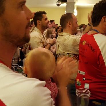 Villads på barbordet mens holdene blev præsenteret med videoer og ølbunding..
