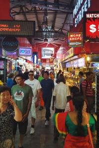 Bugis - en smal og meget livlig passage vi gik gennem for at komme til metroen