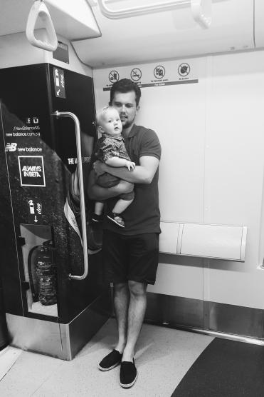"""Sidste tur i metroen (bemærk """"no durians"""" skiltet bagved Jacob - sådan Singapore)"""