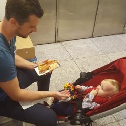 Selvfølgelig skulle vi have en hotdog, mens vi ventede på bagagen